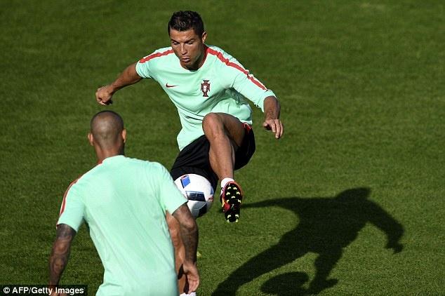 Fan mao hiem treo mai nha xem Ronaldo tap luyen hinh anh 7