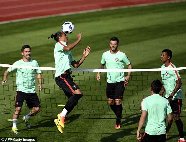 Fan mao hiem treo mai nha xem Ronaldo tap luyen hinh anh 9