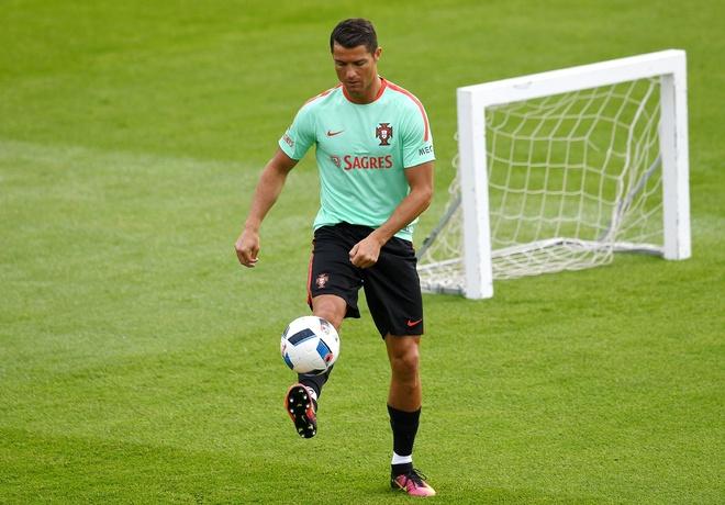 Ronaldo bieu dien ky thuat truoc tran ra quan tai Euro hinh anh 1