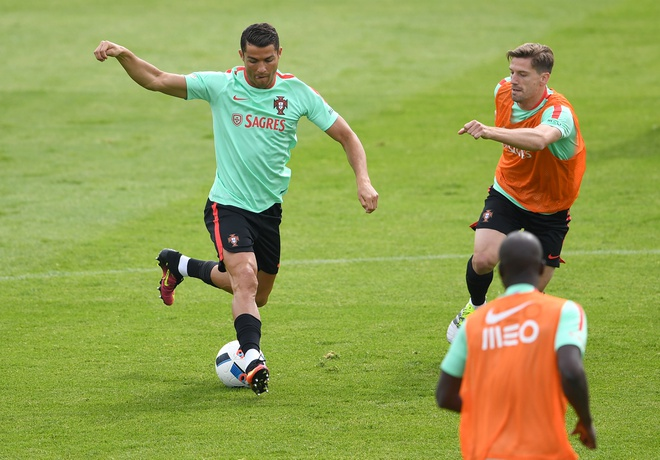 Ronaldo bieu dien ky thuat truoc tran ra quan tai Euro hinh anh 2