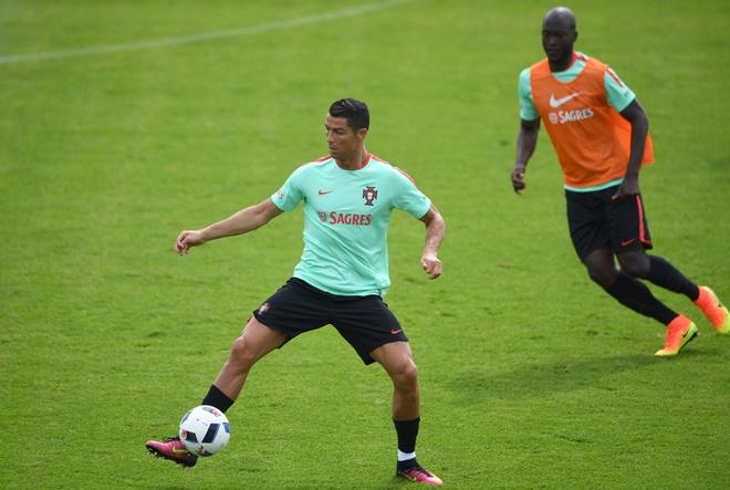 Ronaldo bieu dien ky thuat truoc tran ra quan tai Euro hinh anh 3