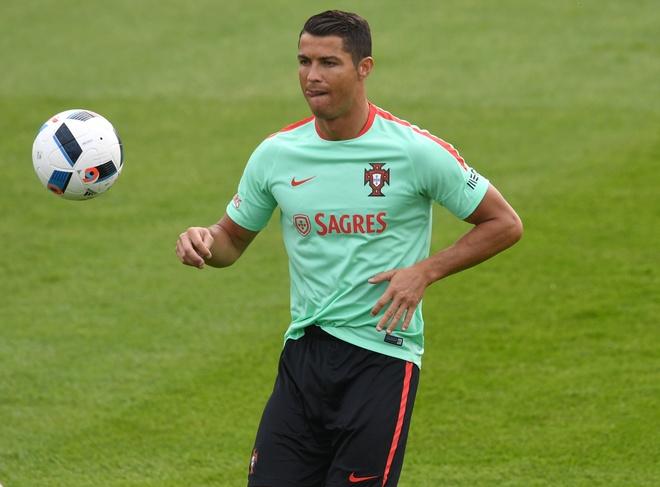 Ronaldo bieu dien ky thuat truoc tran ra quan tai Euro hinh anh 6