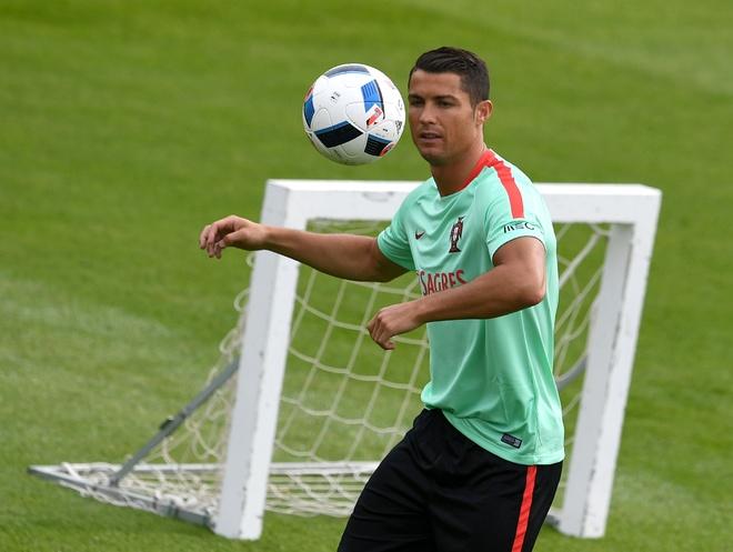 Ronaldo bieu dien ky thuat truoc tran ra quan tai Euro hinh anh 4