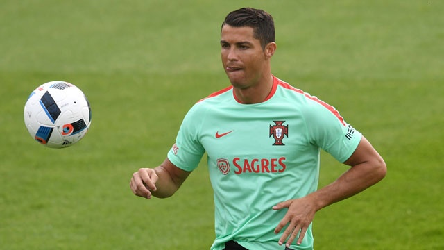 Ronaldo bieu dien ky thuat truoc tran ra quan tai Euro hinh anh