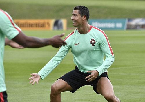 Ronaldo tich cuc tap luyen sau khi bi si nhuc hinh anh