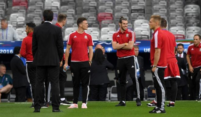 Bat chuoc Ronaldo, Bale ngam minh trong buong lanh hinh anh 3
