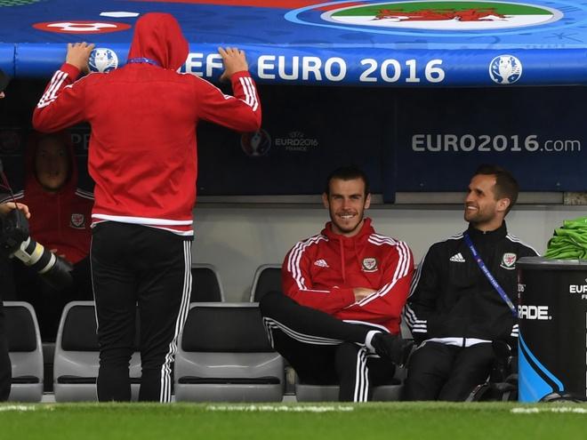 Bat chuoc Ronaldo, Bale ngam minh trong buong lanh hinh anh 2