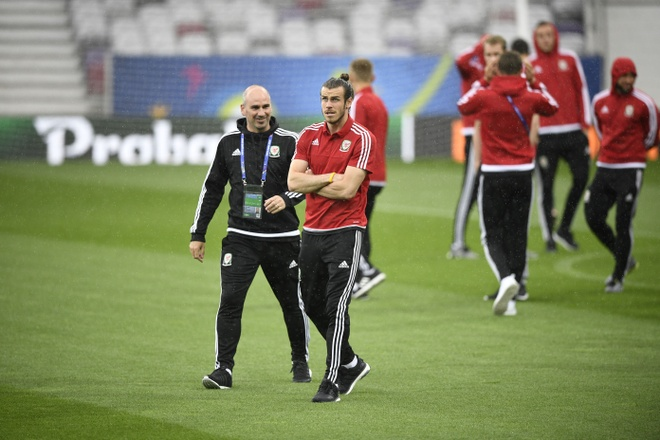 Bat chuoc Ronaldo, Bale ngam minh trong buong lanh hinh anh 4