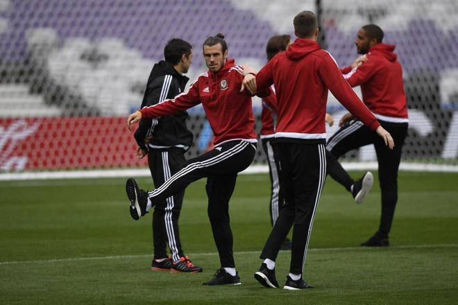 Bat chuoc Ronaldo, Bale ngam minh trong buong lanh hinh anh 5