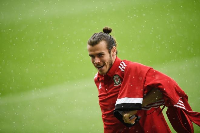 Bat chuoc Ronaldo, Bale ngam minh trong buong lanh hinh anh 6