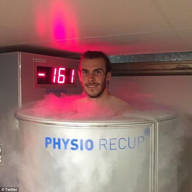 Bat chuoc Ronaldo, Bale ngam minh trong buong lanh hinh anh 1