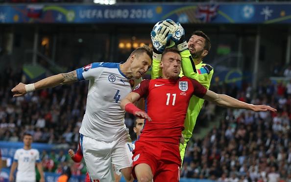 Anh vs Slovakia: Joe Hart noi dien vi Smalling hinh anh 13