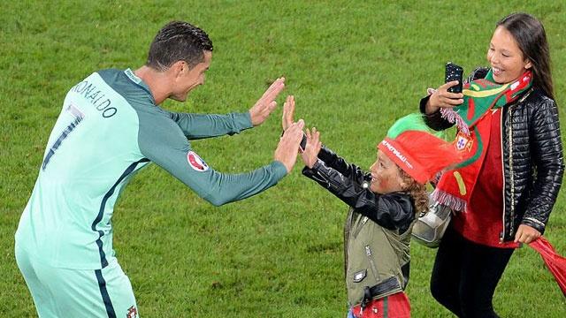 Fan nhi chuc mung Ronaldo vao tu ket Euro 2016 hinh anh