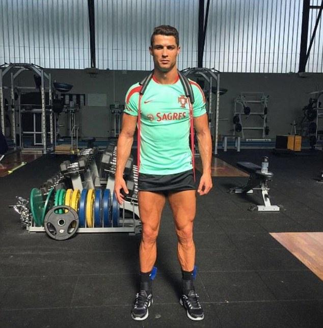 Ronaldo khoe co bap truoc tu ket Euro 2016 hinh anh 1