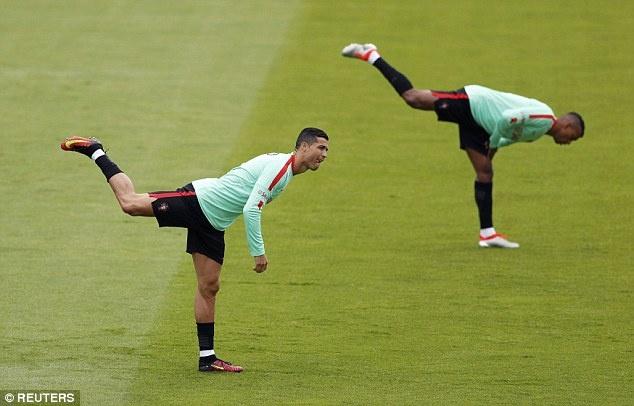 Ronaldo khoe co bap truoc tu ket Euro 2016 hinh anh 2