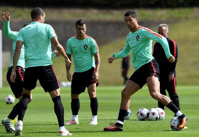 Ronaldo choi bong ngau hung truoc tu ket Euro 2016 hinh anh 2