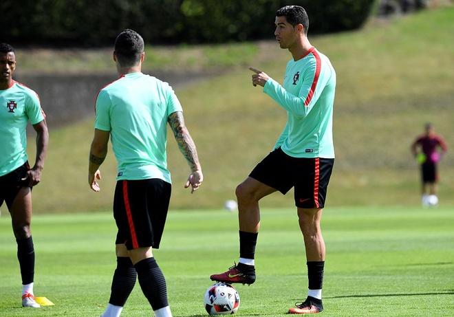 Ronaldo choi bong ngau hung truoc tu ket Euro 2016 hinh anh 4