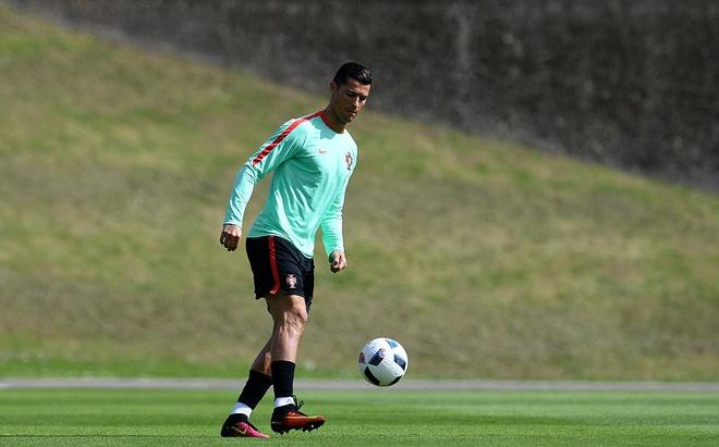 Ronaldo choi bong ngau hung truoc tu ket Euro 2016 hinh anh 5