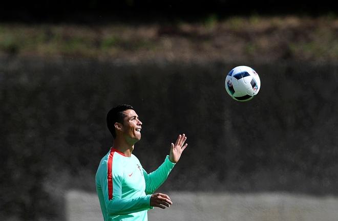 Ronaldo choi bong ngau hung truoc tu ket Euro 2016 hinh anh 7
