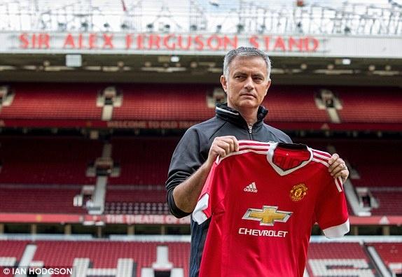 Jose Mourinho hop bao o MU anh 1