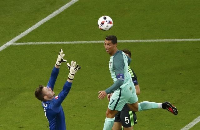 Ronaldo ghi ban va kien tao, Bo Dao Nha vao chung ket Euro hinh anh 14