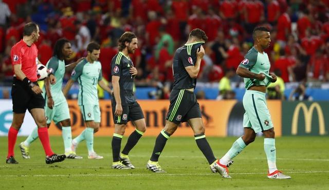 Ronaldo ghi ban va kien tao, Bo Dao Nha vao chung ket Euro hinh anh 16