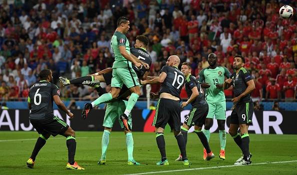 'Cac hau ve bat luc khi Ronaldo bat cao' hinh anh 1