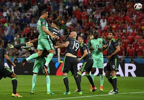 'Cac hau ve bat luc khi Ronaldo bat cao' hinh anh