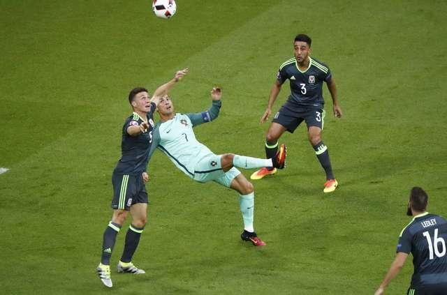 Ronaldo ghi ban va kien tao, Bo Dao Nha vao chung ket Euro hinh anh 12