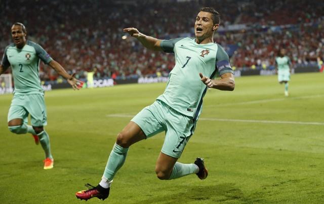 Ronaldo ghi ban va kien tao, Bo Dao Nha vao chung ket Euro hinh anh 17