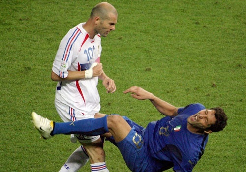 Materazzi tiet lo ly do khien Zidane dung 'thiet dau cong' hinh anh