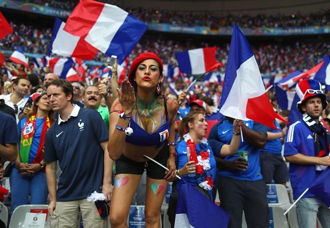 Fan nu nong bong co vu chung ket Euro 2016 hinh anh 1