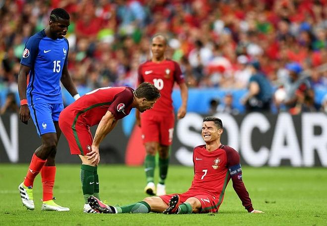 Ronaldo khoc, coi ao an mung chuc vo dich Euro 2016 hinh anh 7