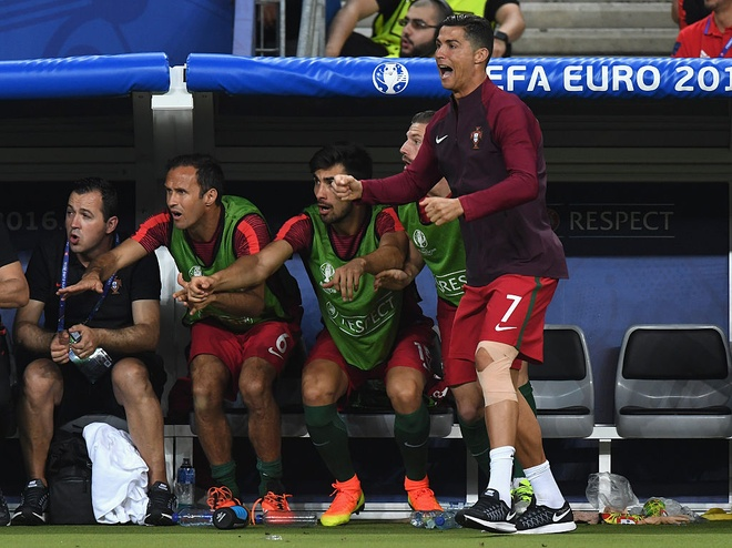 Ronaldo khoc, coi ao an mung chuc vo dich Euro 2016 hinh anh 8