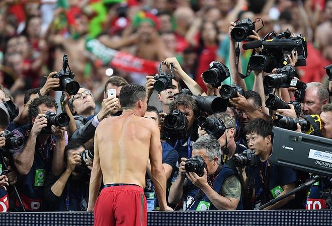 Ronaldo khoc, coi ao an mung chuc vo dich Euro 2016 hinh anh 6