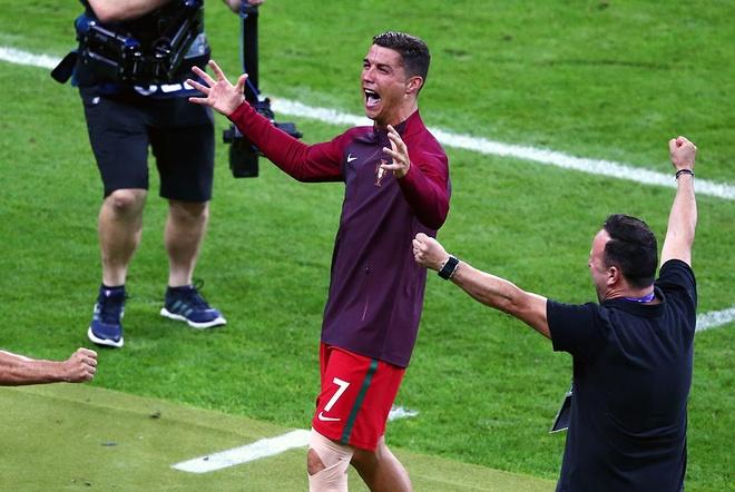 Ronaldo khoc, coi ao an mung chuc vo dich Euro 2016 hinh anh 2
