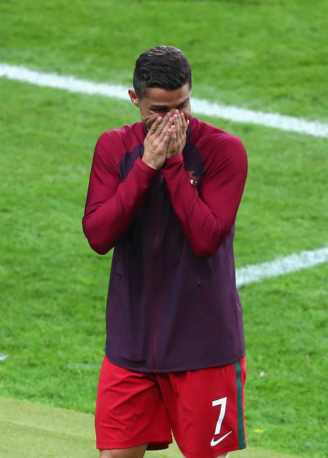 Ronaldo khoc, coi ao an mung chuc vo dich Euro 2016 hinh anh 3