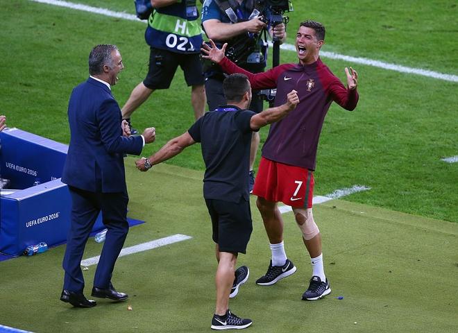 Ronaldo khoc, coi ao an mung chuc vo dich Euro 2016 hinh anh 4