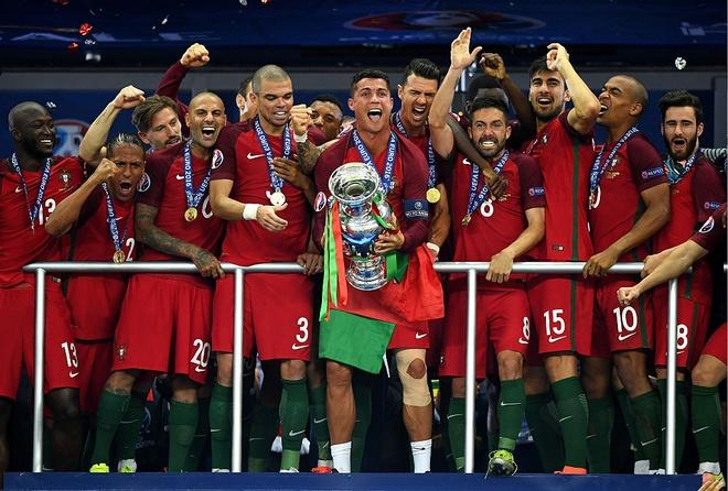 Ronaldo khoc, coi ao an mung chuc vo dich Euro 2016 hinh anh 1
