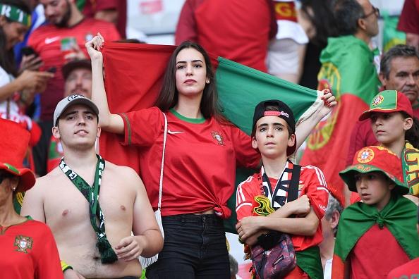 Fan nu nong bong co vu chung ket Euro 2016 hinh anh 3