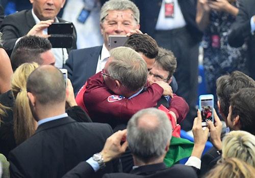 Ronaldo om hon Sir Alex sau chung ket Euro 2016 hinh anh