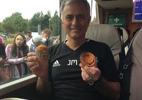 Fan MU tang qua cho Mourinho sau chien thang dau tien hinh anh