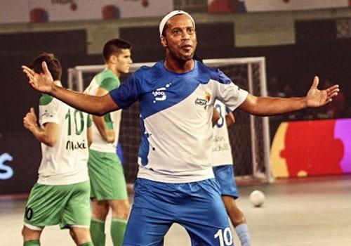 Ronaldinho ghi 5 ban trong tran dau o giai futsal An Do hinh anh