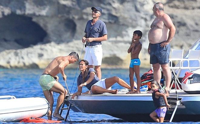 Ronaldo dung bao ve dau goi trong ky nghi he hinh anh 9