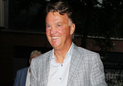 Van Gaal cuoi tuoi trong ngay tro lai Manchester hinh anh