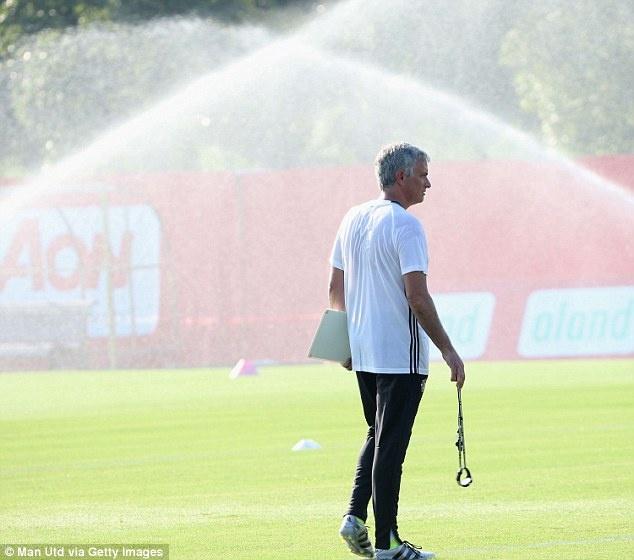 Mourinho de lo 2 doi hinh MU truoc tran gap Dortmund hinh anh 10