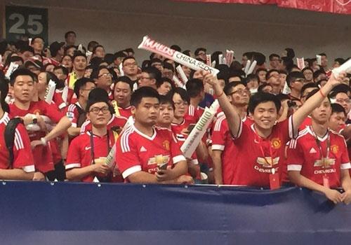 Fan MU Trung Quoc nhuom do khan dai o tran gap Dortmund hinh anh