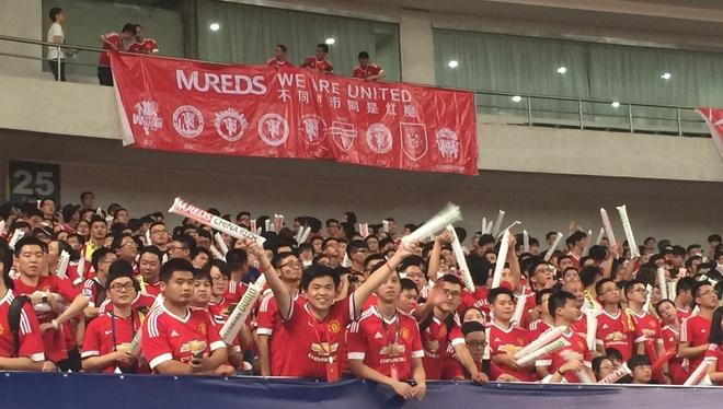 Fan MU Trung Quoc nhuom do khan dai o tran gap Dortmund hinh anh 2