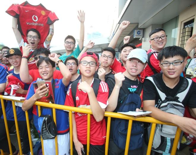Fan MU Trung Quoc nhuom do khan dai o tran gap Dortmund hinh anh 3