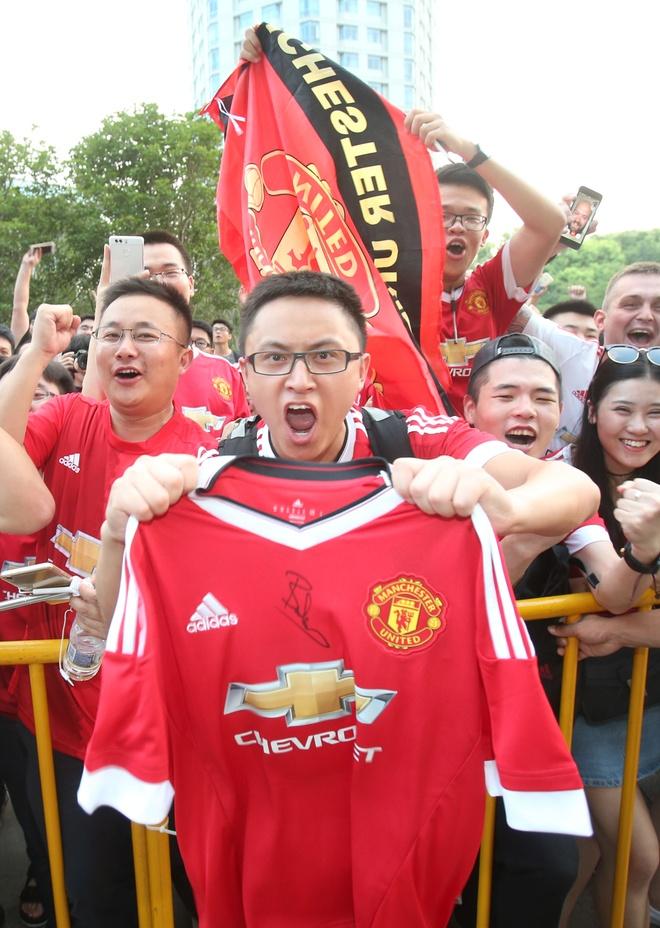 Fan MU Trung Quoc nhuom do khan dai o tran gap Dortmund hinh anh 4